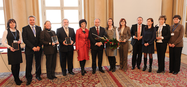 Ocenení zamestnávatelia s ministrom PSVR Jozefom Mihálom, v strede