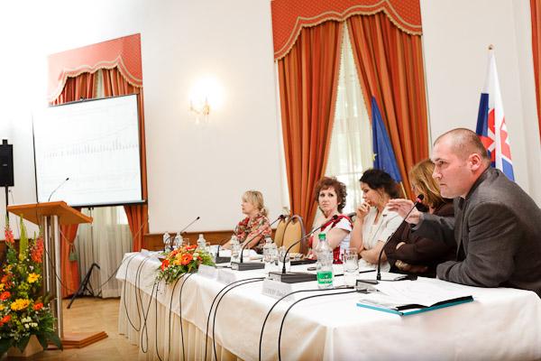 Druhý panel konferencie. Zľava: Sylvia Porubänová, Kvetoslava Repková, riaditeľka IVPR; Barbora Holublvá, IVPR; Nadežda Šebová, MPSVR SR; Daniel Gerbery, IVPR