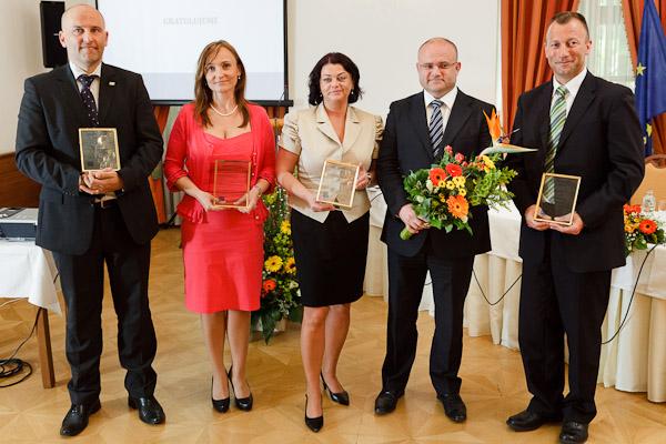 Spoločná fotografia ocenených zamestnávateľov s podpredsedom vlády a ministrom práce, sociálnych vecí a rodiny SR