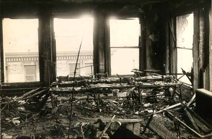 fotografia továrne po požiari