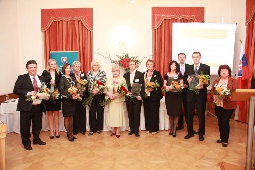 Spoločná fotografia všetkých ocenených zamestnávateľov s ministerkou PSVR Vierou Tomanovou