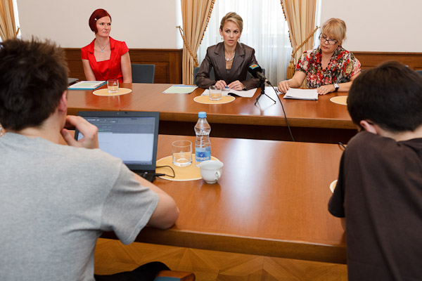 Zľava: Slávka Selešová, hovorkyňa MPSVR SR; Martina Janíková, riaditeľka odboru rodovej rovnosti a rovnosti príležitostí MPSVR SR; Sylvia Porubänová, zástupkyňa riaditeľky IVPR