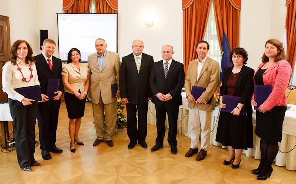 Spoločná fotografia ocenených zamestnávateľov podľa regiónov s podpredsedom vlády a ministrom práce, sociálnych vecí a rodiny SR