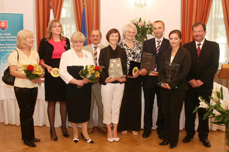 ocenení zamestnávatelia s ministerkou Vierou Tomanovou a štátnou tajomníčkou Emíliou Kršíkovou  ministerstva práce, sociálnych vecí a rodiny SR